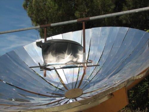 Cuiseur solaire parabolique en action