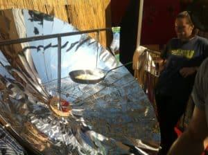 Parabole solaire pour cuire une omelette